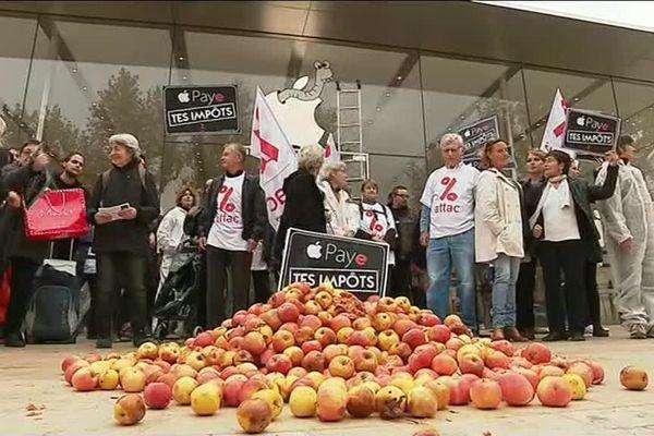 Les militants d'Attac ont déversé des pommes pourries devant la vitrine de l'Apple Store à Aix-en-Provence.