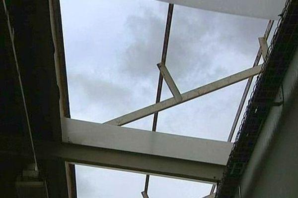 Des bourrasques de vent ont emporté une partie du toit du lycée Pierre Bérégovoy jeudi 13 février 2014