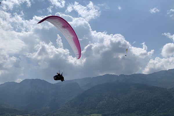 Le moyen de locomotion des pilotes de l'Hexagone Tour, une aile de parapente