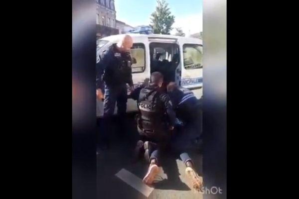Deux policiers interpelant un cycliste place Nansouty à Bordeaux le 6 mai 2020.