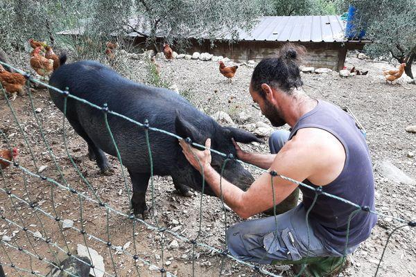 Depuis Juillet 2019, la communauté Emmaüs Roya implantée sur la ferme de Cédric Herrou accueille six compagnons et vit de la vente de ses produits agricoles.