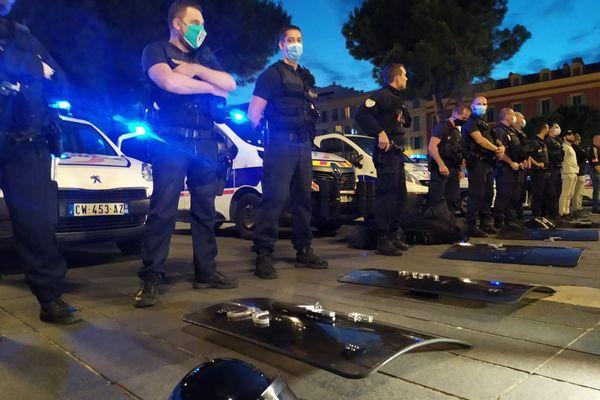"""Ce jeudi soir, place Masséna à Nice, une centaine de policiers nationaux et municipaux ont symboliquement """"déposé les armes"""" (menottes, casques, boucliers...)"""