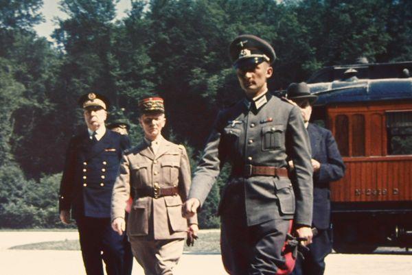 A la fin de la bataille de France, le général Charles Huntziger (deuxième à gauche) commandait le quatrième groupe d'armées dans les Ardennes. Le 22 juin 1940, il préside la délégation française chargée de signer l'armistice avec l'Allemagne nazie dans la clairière de Rethondes, près de Compiègne.