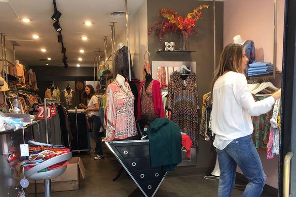 A une semaine du déconfinement, Virginie Dray propriétaire d'une boutique de vêtements prépare la réouverture