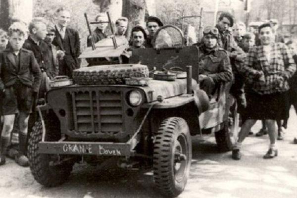 Jean-Alain Papazow, aux commandes de sa Jeep SAS (le chauffeur) durant l'opération AMHERST en avril 1945, dans la région Hollandaise de Drenthe, pour ouvrir la voie aux armées canadiennes.