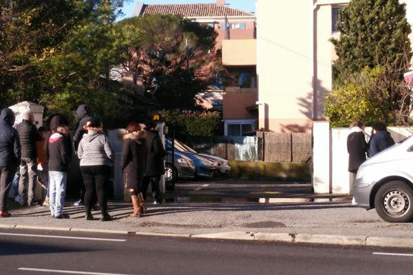 Ce dimanche matin, des proches de l'homme décédé sont réunis devant l'appartement où se sont déroulés les faits.