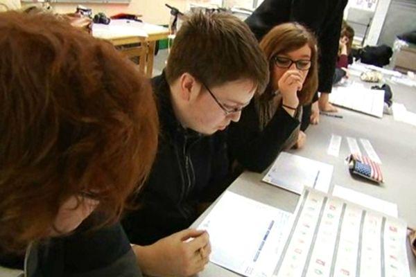 Les élèves du lycée Georges Brière à Reims sont appelés à sélectionner des timbres à l'effigie de Marianne.