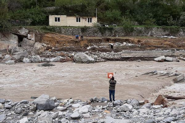 Au lendemain de la tempête Alex, Jérémy Ratni tente de communiquer avec ses parents, isolés et bloqués de l'autre côté de la Roya, le 4 octobre 2020.