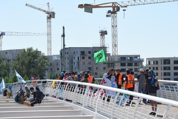 Des militants d'Extinction Rebellion ont bloqué un paquebot sur le pont Chaban-Delmas à Bordeaux pendant plusieurs heures.