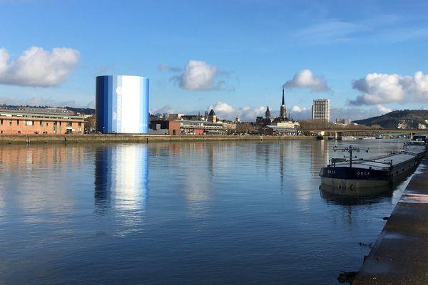 Une coloration bleue sur une surface de 500 m2 a été repérée sur le fleuve.