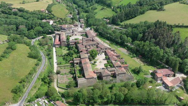 Le village et au premier la Chartreuse de Sainte-Croix-en-Jarez, monastère fondé au XIIIe siècle.
