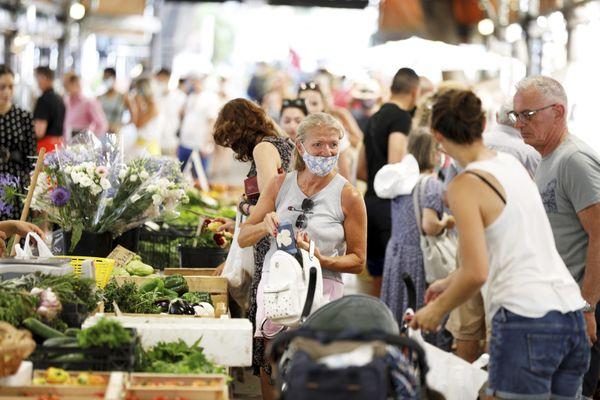 Les municipalités sont de plus en plus nombreuses à imposer le port du masque sur leurs marchés ouverts.