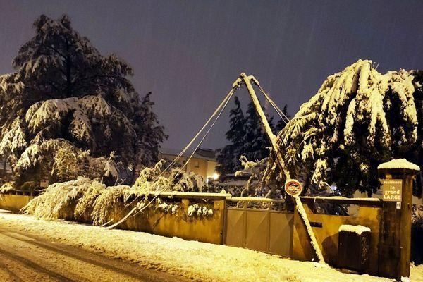 Une ligne électrique plie sous le poids de la neige - Photo d'illustration