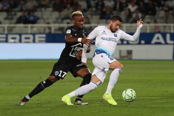 Actuel meilleur buteur de Ligue 2, Mickaël Le Bihan fera-t-il le différence face à l'Estac (ici face à Yoann Salmier le 20 septembre 2019) ?