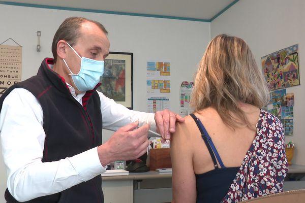 Cette patiente reçoit une première injection du vaccin AstraZeneca chez un médecin généraliste de Dole dans le Jura.