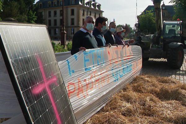 Ces quatre agriculteurs mosellan sont des pionniers de l'énergie solaire dans leur ferme.
