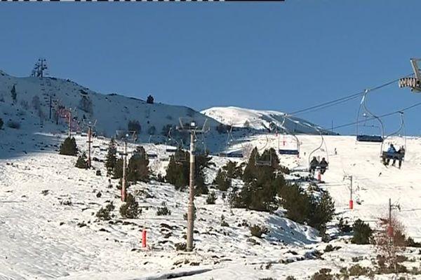 Ouverture de la station de ski de Porté Puymorens dans les Pyrénées-Orientales, la première à lancer la saison hivernale dans la région.