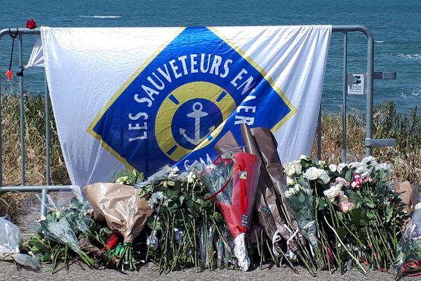Des fleurs ont été déposées à hauteur du lieu où a eu lieu le naufrage de la vedette des sauveteurs SNSM sortie le 7 juin 2019 pour porter secours secours à un bateau de pêche. Les Sables-d'Olonne, 10 juin 2019.
