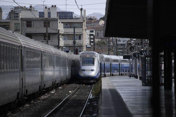 Les TGV circulant dans le Sud-Est (dont Montpellier et Perpignan) accusent lundi plusieurs heures de retard à cause d'une panne électrique dans l'Yonne qui force les trains entre Paris et Lyon à emprunter une ligne moins rapide, a annoncé la SNCF.