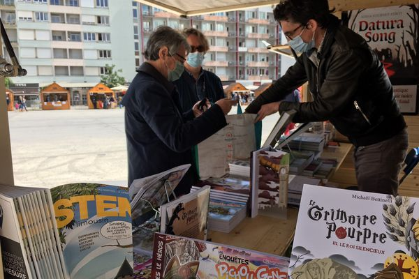 Editeurs et auteurs régionaux accueillent les lecteurs durant tout le week end place de la République