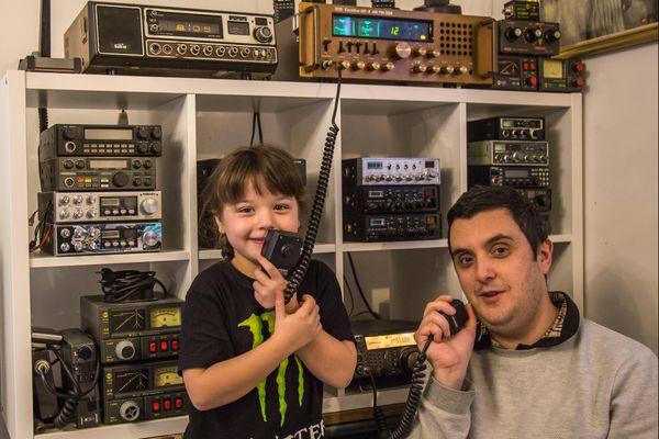 Lola, six ans, en pleine initiation à la radio de communication. Une activité possible au futur musée itinérant de Magenta.