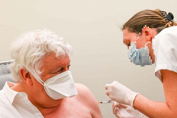 Alain Lassus, président (PS) du conseil départemental de la Nièvre et médecin s'est fait vacciner le 7 janvier