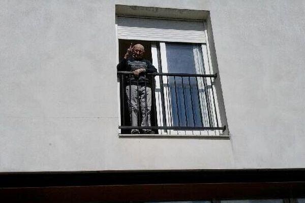 Tout sourire, André Loyau profite du concert cadeau pour ses 100 ans depuis le balcon de sa chambre de l'Ehpad de Chamberet.