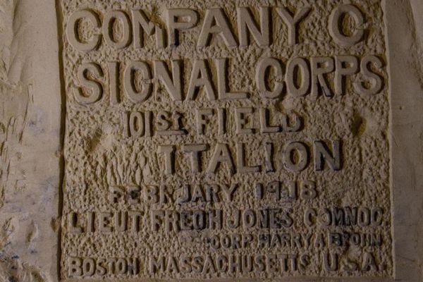 Plus d'un millier d'inscriptions faites par des soldats pendant la première guerre mondiale sur les murs de la carrière de Froidmont dans l'Aisne vont être numérisés en 3D.