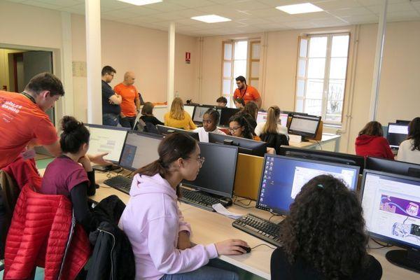 18 Dijonnaises, âgées de 13 à 15 ans, passent une semaine de vacances à s'initier à la programmation informatique grâce au stage Girls'R Coding.