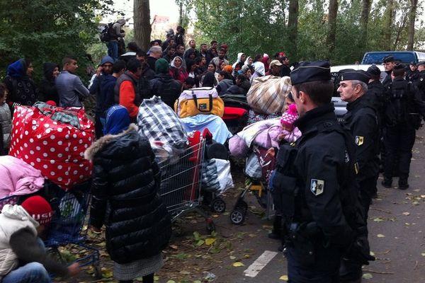 Une centaine de Roms sans caravane s'est retrouvée à la rue après l'évacuation du camp de Lille 1, le lundi 28 octobre