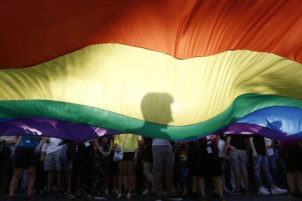 Un drapeau arc-en-ciel, à la Gay Pride d'Athènes, en 2018.