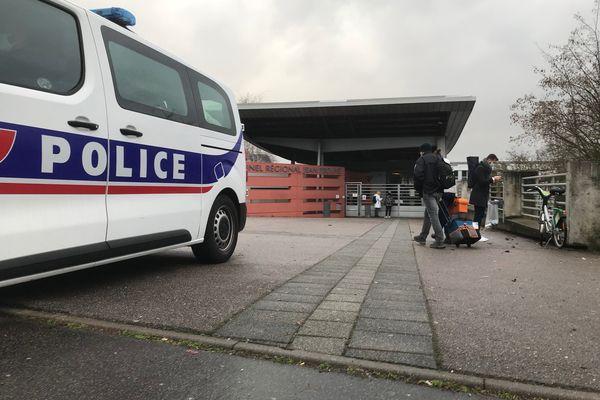 Lundi 1er février en soirée, les investigations se poursuivent aux abords du lycée Jean-Prouvé de Nancy. Les polices nationale et municipale vont renforcer la surveillance dans le secteur.