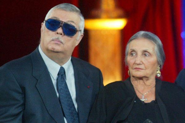 """Sampion Bouglione aux côtés de mère Rosa, invités sur le plateau de """"Vivement Dimanche"""" sur France 2, en 2002."""