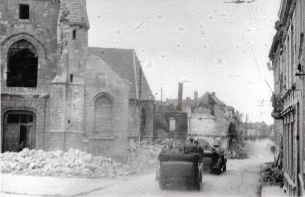 L'escorte d'Hitler arrivant à Bouchain, rue Piérard, le 2 juin 1940. Les rues ont été dégagées des débris.
