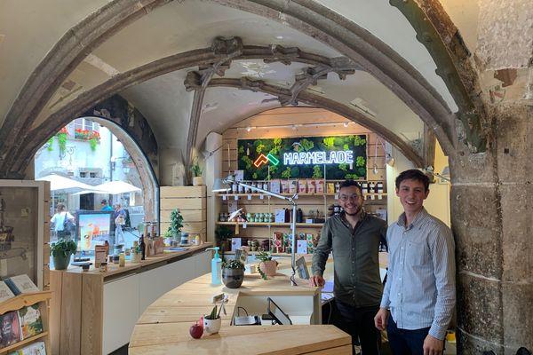 Marmelade s'installe au pied de la cathédrale pour 11 mois. Derrière le comptoir, Quentin Seyeux et Tom Paolini attendent les clients de pied ferme.