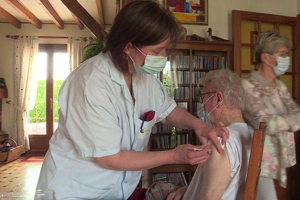 Une semaine sur deux, une équipe médicale parcourt le pays de Bray pour vacciner les personnes à domicile.