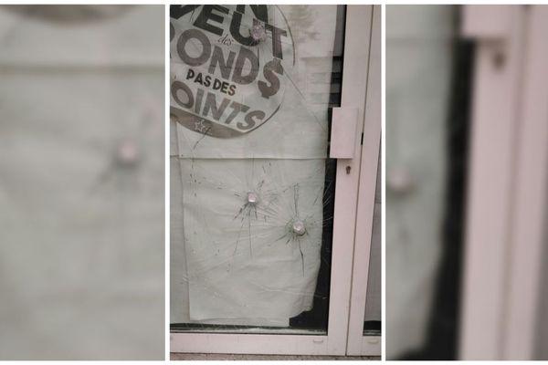 La porte en verre des locaux du PCF à Chambéry a été vandalisée dans la nuit de samedi à dimanche.