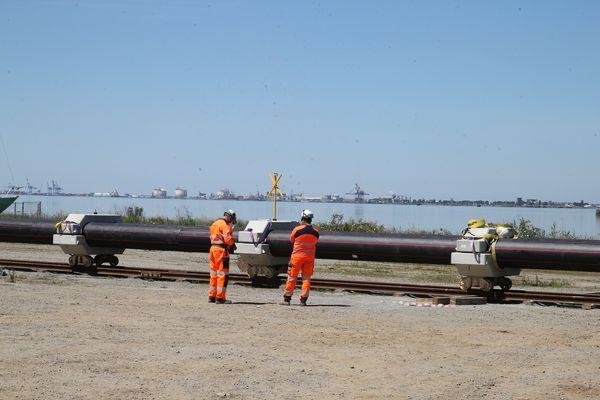 Le convoi de 260m de long est tout d'abord sur rail pour sa partie terrestre, puis en flottaison pour sa partie en Loire