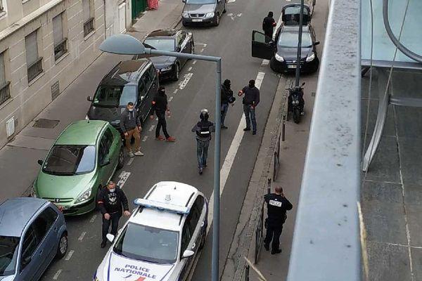 """L'homme criait """"Allahu Alkbar"""" et a été arrêté chez lui. Photo prise par un habitant du quartier alerté par le bruit."""