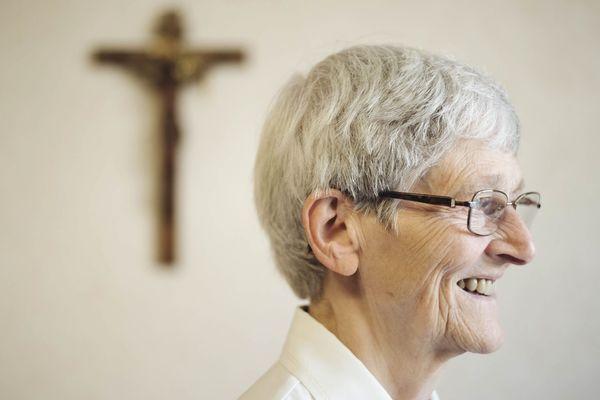 Bernadette Moriau, la 70e miraculée de Lourdes. Bernadette devant La croix que son père a sculpté pour elle.