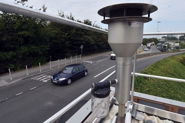 Près de 92 stations comme celle-ci sont dispersées dans la région Auvergne-Rhône-Alpes. Elles analysent la qualité de l'air en continu.