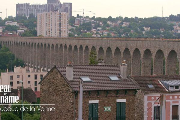 77 arcades de pierre meulière de 38 m de haut chacune, long de plus de 150 km, l'acqueduc de la Vanne est destiné à alimenter Paris en eau à partir des sources captées dans la région de Sens.