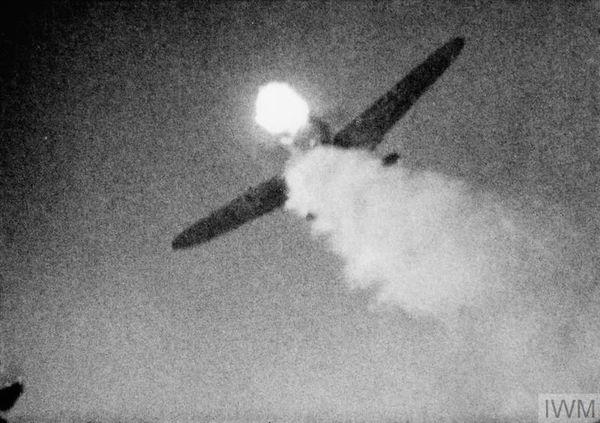 Les tirs d'un Spitfire atteignant un Messerschmitt Bf109. Cette image a été prise depuis la caméra fixe d'un appareil du 403 Squadron RCAF à une date non précisée.