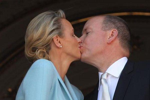 Le baiser du prince Rainier et de son épouse Charlène lors de leur mariage en juillet dernier