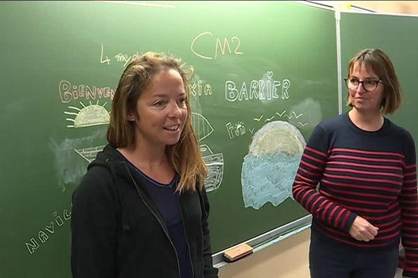 La navigatrice Alexia Barrier, à gauche, face aux élèves d'une école d'Antibes.