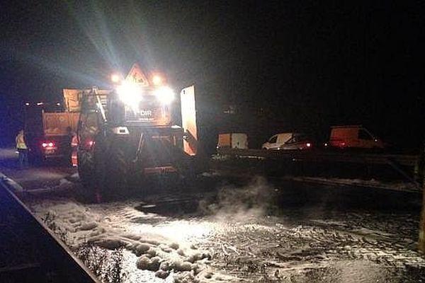 Les agents de la DIR Centre-Est ont procédé au nettoyage de la route dès que les manifestants ont levé les barrages sur la RN 70 (Route Centre Europe Atlantique) jeudi 3 septembre 2015.