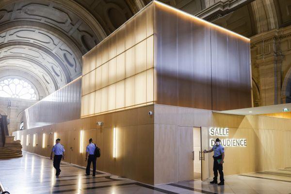 La salle d'audience de la cour d'assises spéciale installée dans la salle des pas perdus du palais de justice de Paris, un lieu à apprivoiser pour les victimes appelées à témoigner.
