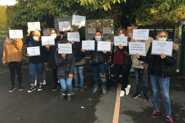 Une dizaine de parents d'élèves étaient réunis devant l'école primaire d'Avranches, dans le quartier Maison-Blanche de Reims
