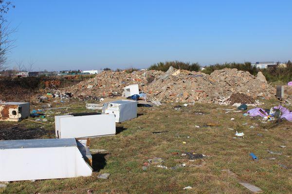 Gravats et autres déchets déposés par des entreprises locales s'accumulent sur le terrain.