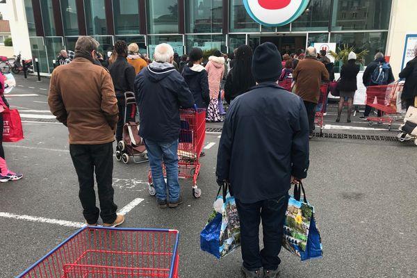 Des dizaines de personnes faisaient la queue ce matin devant les supermarchés. Ici, devant le magasin Super U du quartier des Couronneries à Poitiers.
